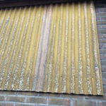 """Asbesthoudende gele golfplaat tegen gevel • <a style=""""font-size:0.8em;"""" href=""""http://www.flickr.com/photos/78534169@N04/8493956457/"""" target=""""_blank"""">View on Flickr</a>"""
