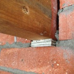"Asbesthoudende stelplaatjes tussen metselwerk en houten balk • <a style=""font-size:0.8em;"" href=""http://www.flickr.com/photos/78534169@N04/8402535599/"" target=""_blank"">View on Flickr</a>"